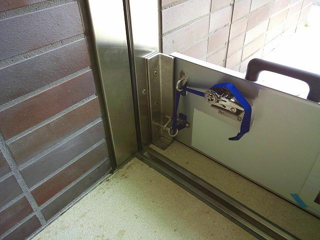止水板(防潮板)「みずどめくんJr.」の片開自動扉へ設置後2と脱着式サイド柱