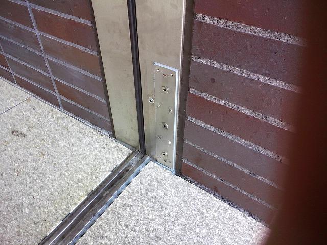 止水板(防潮板)「みずどめくんJr.」の脱着式サイド柱のステイ(通常時)
