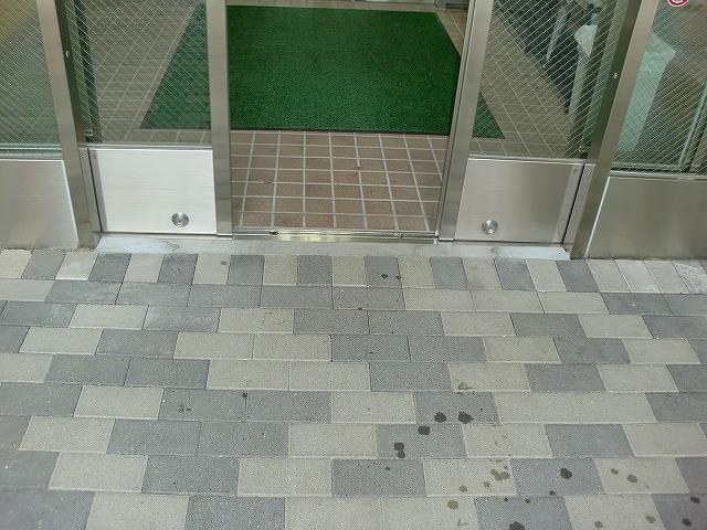 止水板(防潮板)の床面平滑処理_インターロッキングの場合_施工前