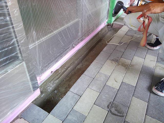 止水板(防潮板)の床面平滑処理_インターロッキングの場合_施工中3