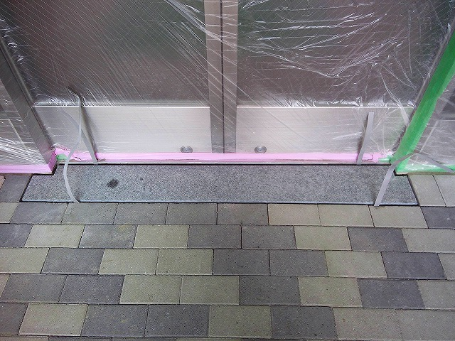 止水板(防潮板)の床面平滑処理_インターロッキングの場合_施工中4