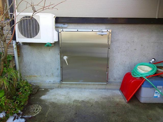 N様邸のスイング式止水板(止水扉)四方枠タイプの施工例1