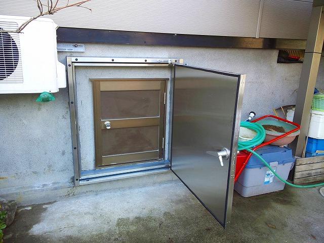 N様邸のスイング式止水板(止水扉)四方枠タイプの施工例2